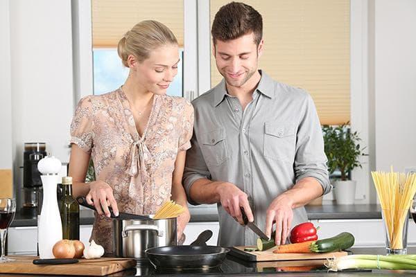 Пара готовит ужин вместе