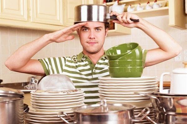 Мужчина вымыл посуду