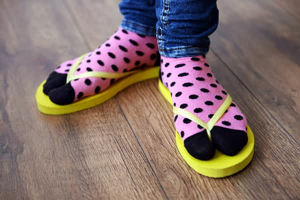 Ноги в ярких носках и вьетнамках