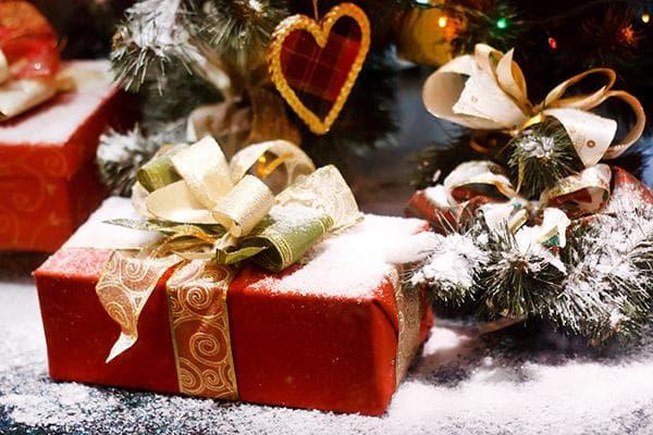 Новогодний подарок в коробке и бумаге с бантом