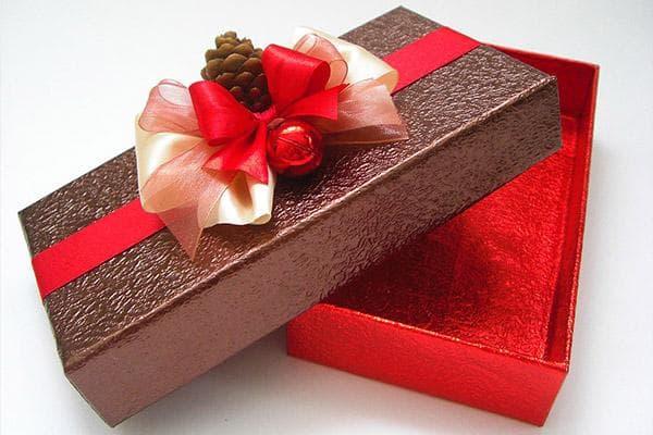 Подарочная коробка, оклеенная пленкой