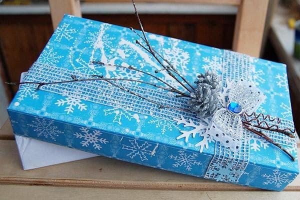 Декор подарочной коробки кружевами и ветками