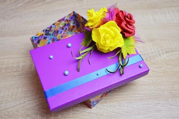 Коробка, украшенная цветами и бусинами