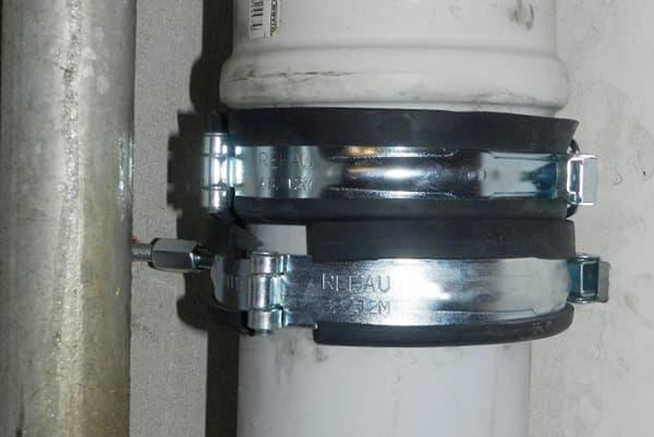 Хомуты разъемные на канализационной трубе