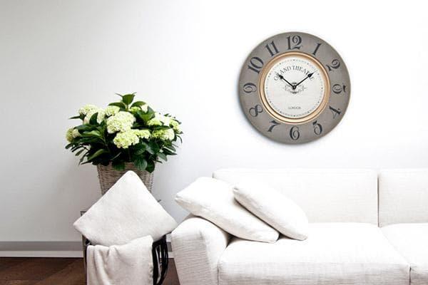 Часы на стене в гостиной