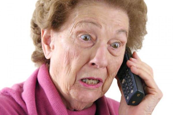 Возмущенная пенсионерка говорит по телефону