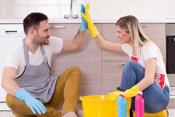 Пара занимается уборкой