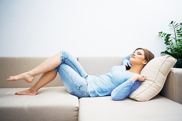 Девушка отдыхает на диване