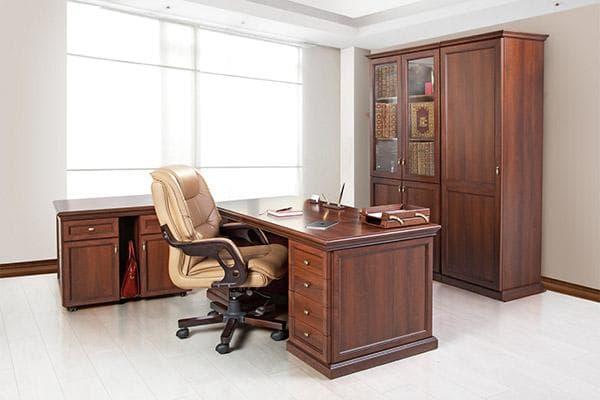 Кресло, стол и шкаф в кабинете руководителя
