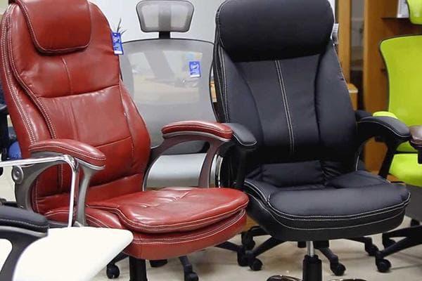 Офисные кресла с обивкой из кожзама