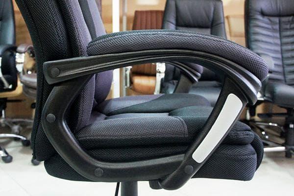 Подлокотник компьютерного кресла
