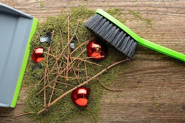 Уборка хвои и разбитых елочных игрушек