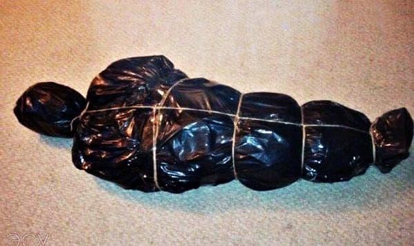 Елка, замотанная в черные пакеты для мусора
