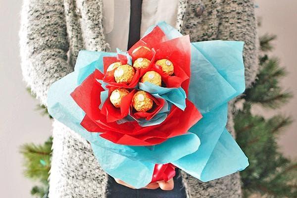 Букет из цветов с конфетами