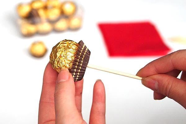Нанизывание конфеты на шпажку