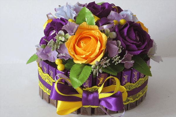 Цветочно-конфетный букет в коробке