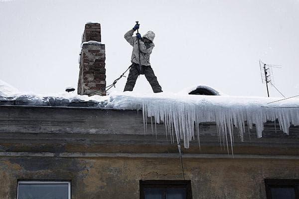 Удаление снега с наледью с крыши