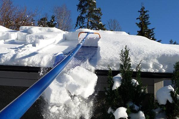 Чистка крыши от снега с земли