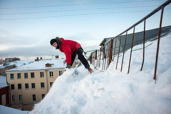 Чистка крыши от снега со страховкой