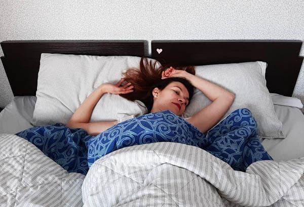 Девушка в кровати с ярким постельным бельем