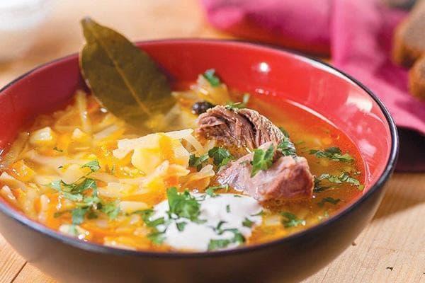 Лавровый лист в тарелке с супом