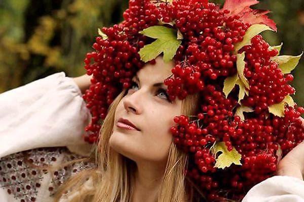 Девушка в венке из ягод и листьев калины