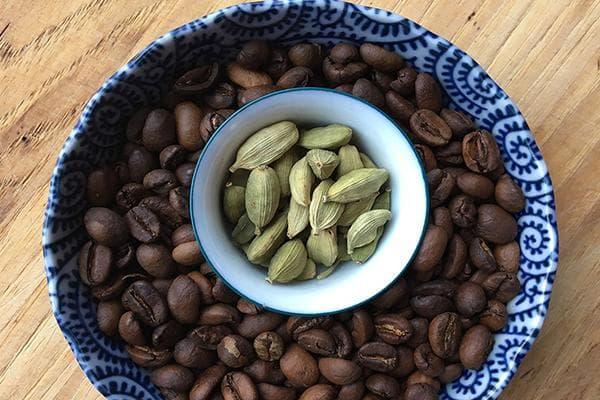 Зерна кофе и кардамон