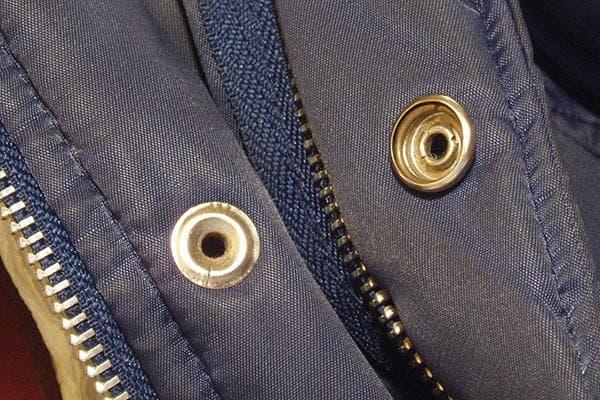Кольцевая кнопка на куртке