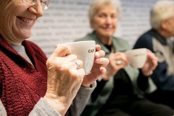 Пенсионеры пьют кофе