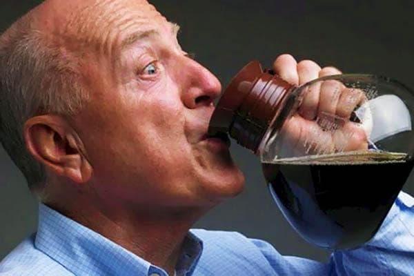 Мужчина пьет кофе из кофейника