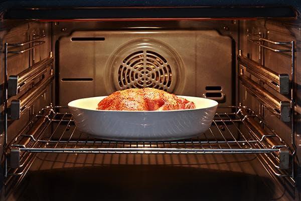 Курица запекается в духовке с конвекцией
