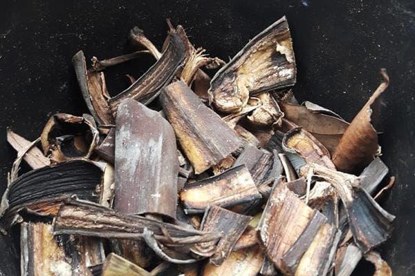 Нарезанная банановая кожура для компоста