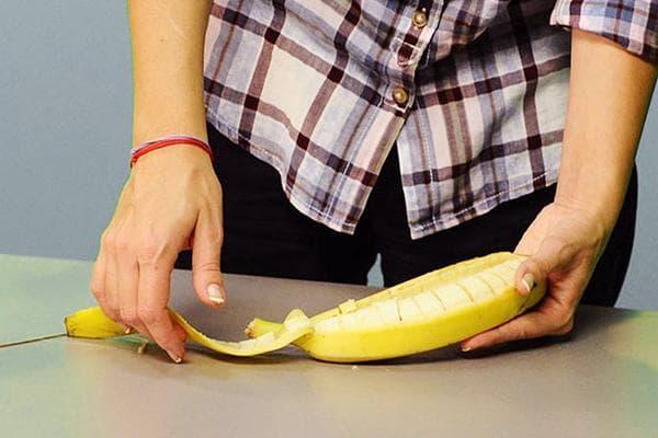Женщина чистит банан