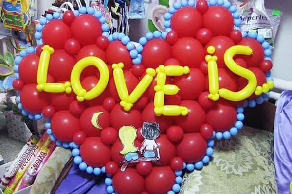 Сердце с надписью Love is из воздушных шаров