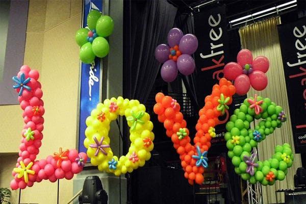 Слово Love из воздушных шаров