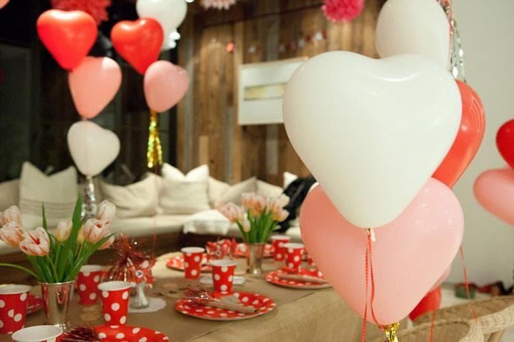 Декор воздушными шарами в виде сердечек к 14 февраля