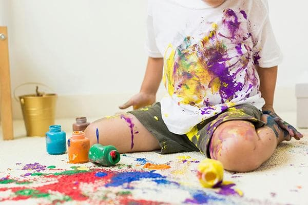 Ребенок разлил акриловые краски