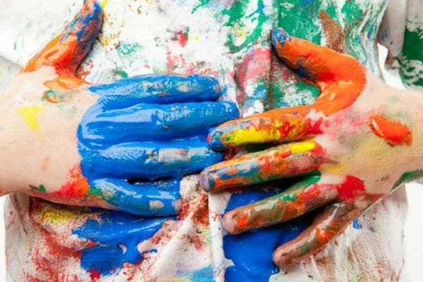 Пятна краски на руках и одежде