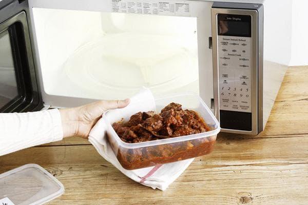 Разогрев мяса в пластиковом контейнере в СВЧ