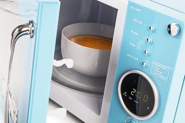 Керамическая миска с супом в микроволновке