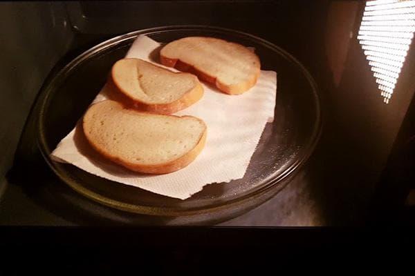 Хлеб на салфетке в микроволновке