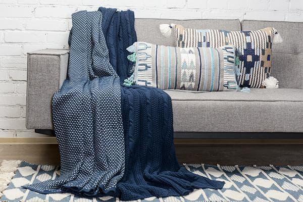 Синие пледы на диване