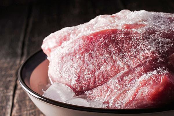 Замороженное мясо в воде со льдом