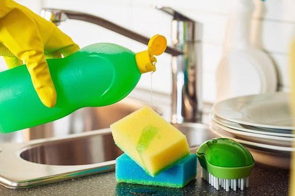 Все необходимое для мытья посуды