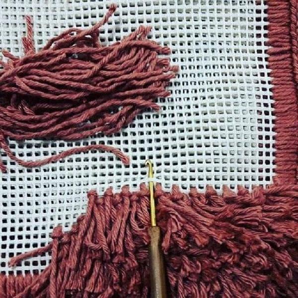 Изготовление коврика из сетки и пряжи