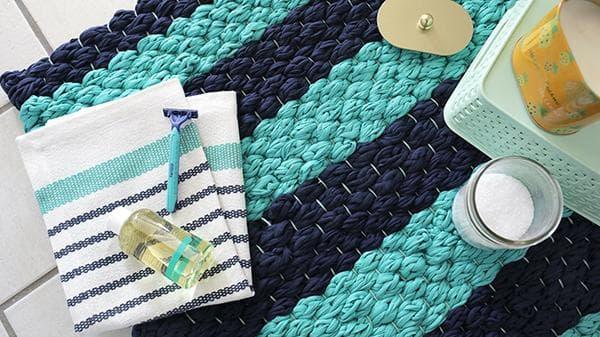 Плетеный коврик для ванной