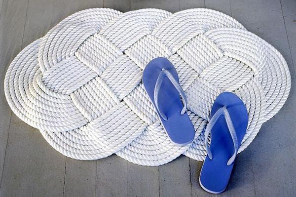Плетеный коврик из веревок
