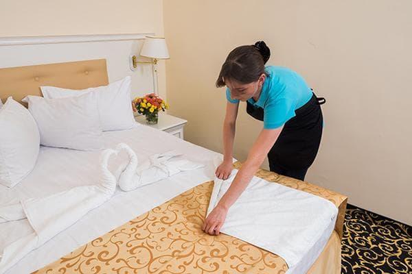 Женщина складывает полотенце