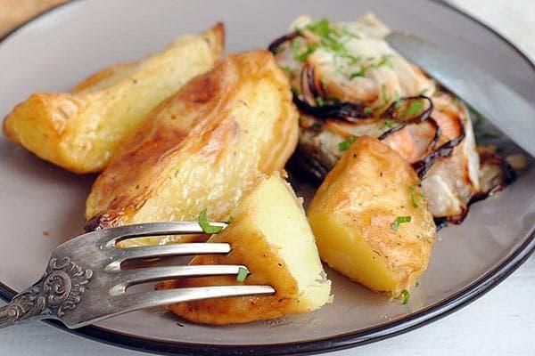 Жареная картошка с луком и рыбой