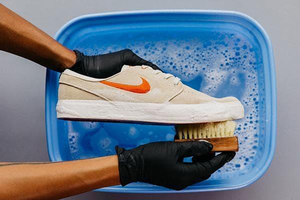 Мытье подошвы тряпичной обуви